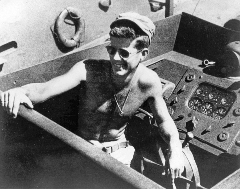 John F. Kennedy a bordo del PT-109, en el Pacífico Sur, durante la Segunda Guerra Mundial en 1943