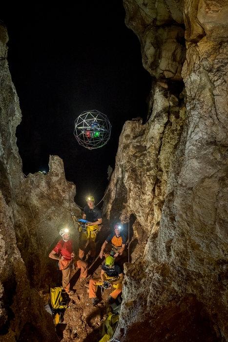 Lanzamiento del dron de la ESA en una cueva italiana