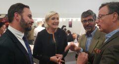 Marine Le Pen (centro) y Santiago Abascal (derecha), líder de 'VOX'