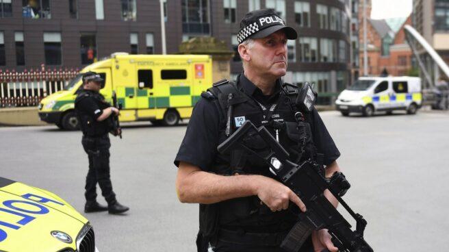 Agentes armados de la policía británica, en Manchester.