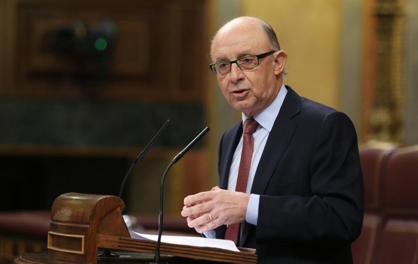 El ministro de Hacienda, Cristóbal Montoro, defiende el presupuesto de ingresos para 2017 en el Congreso de los Diputados.