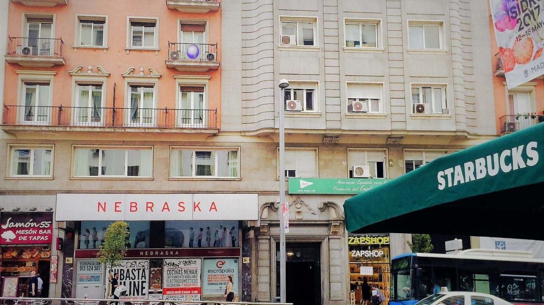 Fachada sellada de la primera cafetería Nebraska en la Gran Vía de Madrid, frente a un local de Starbucks.