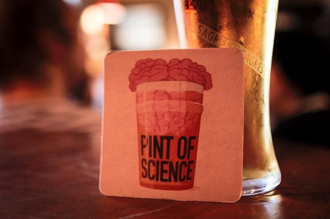 Cerveza o refrescos y ciencia se unen en Pint of Science
