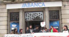 Afectados por cláusulas suelo protestan frente a la sede de Abanca.