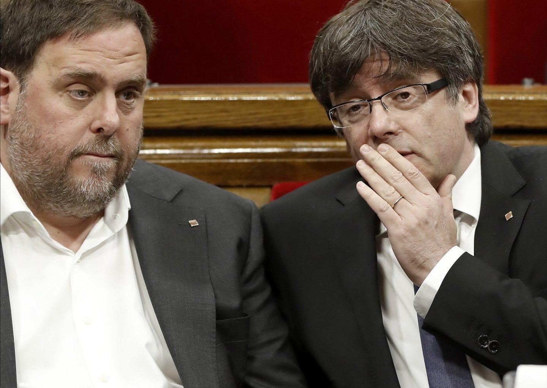 Oriol Junqueras y Carles Puigdemont en el Parlamento catalán
