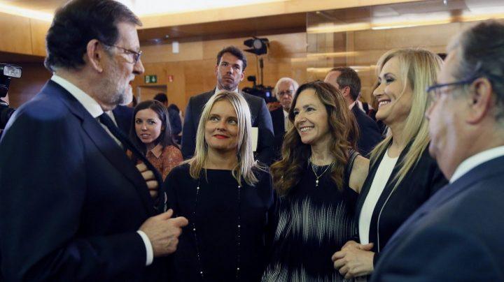Mariano Rajoy y Cristina Cifuentes, en un corrillo de la entrega del Premio Francisco Umbral.