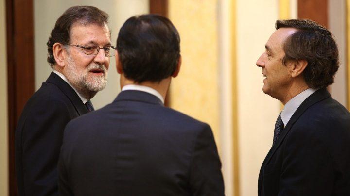 Rajoy charla con Maillo y Hernando en los pasillos del Congreso