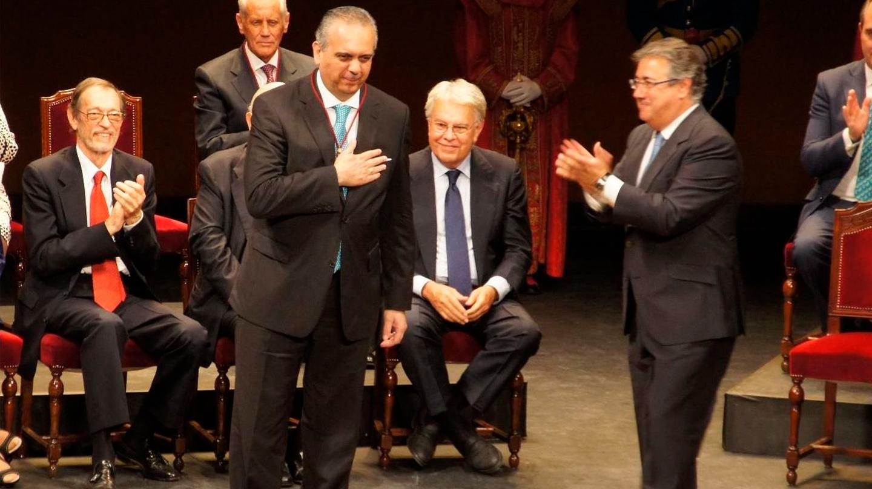 José Luis Sáez, aplaudido por Juan Ignacio Zoido, en el momento de recibir la Medalla de Sevilla.