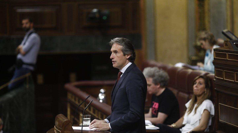 De la Serna defiende en la tribuna del Congreso la reforma de la estiba, este miércoles.