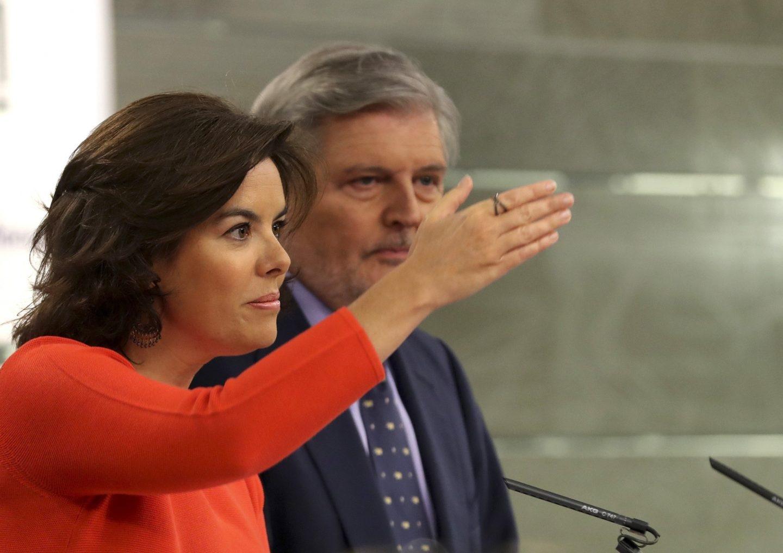 La vicepresidenta del Gobierno, Soraya Sáenz de Santamaría, y el portavoz del Gobierno, Íñigo Méndez de Vigo.