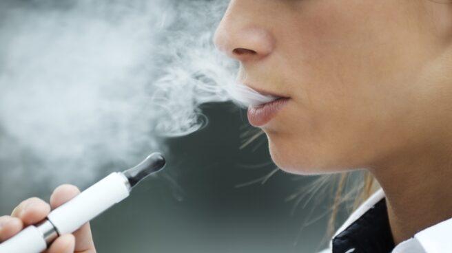 Vapeador o cigarrillo electrónico.
