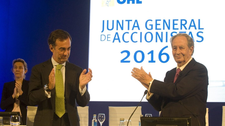 Juan Miguel Villar Mir (derecha) con su hijo y sucesor en la presidencia de OHL.
