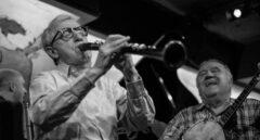 Woddy Allen tocando en su banda de jazz.