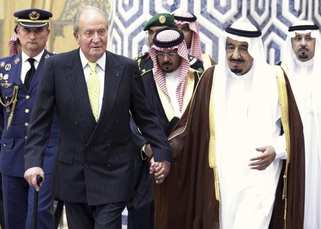 El rey emérito Don Juan Carlos, junto al monarca saudí Salman bin Abdulaziz, en una visita oficial.