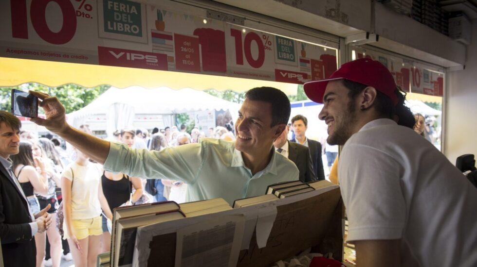 El secretario general del PSOE. Pedro Sánchez, fotgrafiándose con un joven.