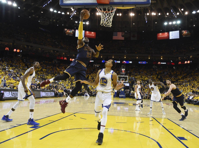 LeBron James trata de anotar durante el primer partido de las Finales de la NBA.
