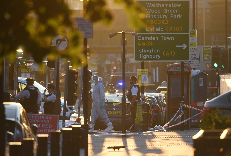 Oficiales de policía de Londres hacen guardia dentro del cordón cerca de Finsbury Park.