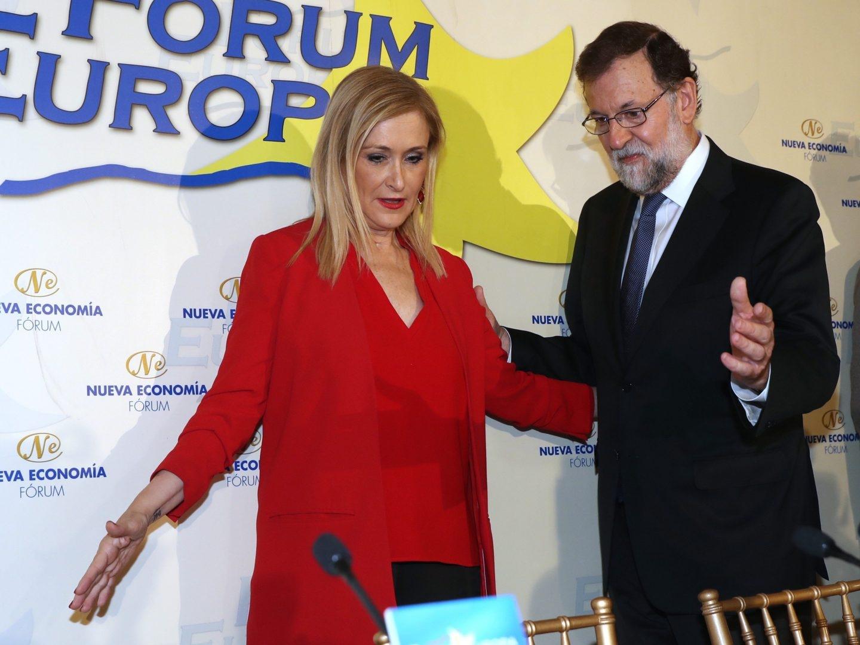 El presidente del Gobierno, Mariano Rajoy, y la presidenta de la Comunidad de Madrid, Cristina Cifuentes, en un desayuno informativo.