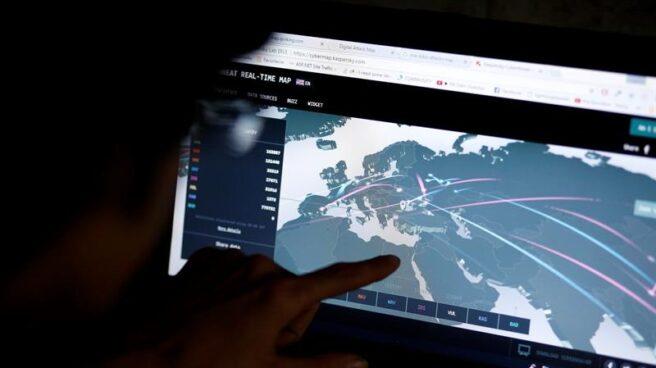 Un ingeniero revisa el mapa de un ciberataque que afectó a multinacionales en varios países.