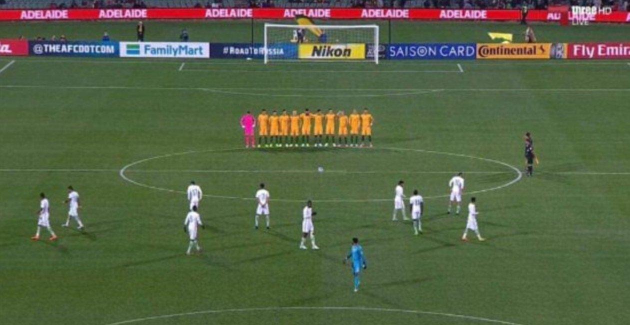 La selección de Arabia Saudí, durante el minuto de silencio.