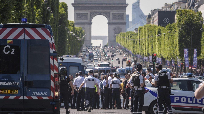 La policía acordona los Campos Elíseos de París.
