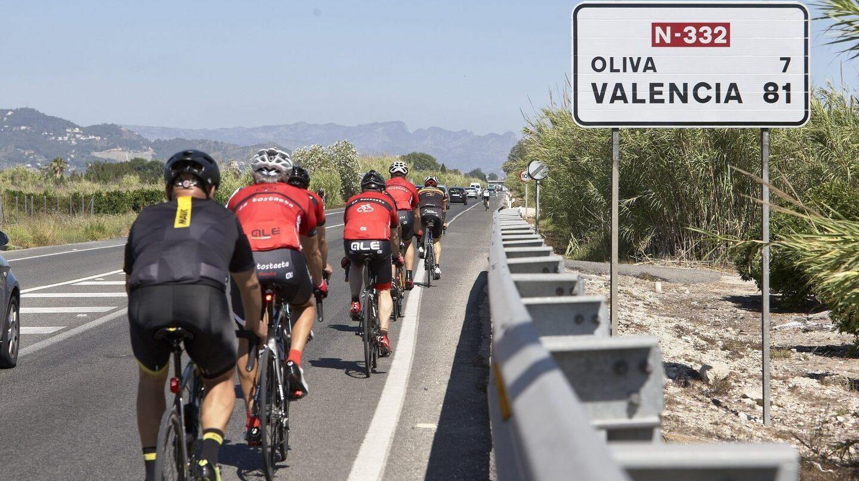 Grupo de ciclistas en una carretera de la Comunidad Valenciana.