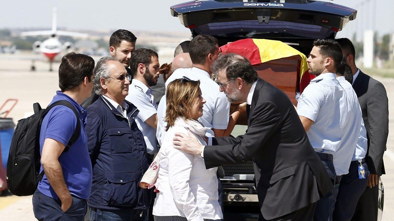 Rajoy recibe el féretro de Ignacio Echeverría.
