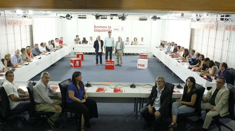 Sánchez con los líderes sindicales ante la Ejecutiva del PSOE.