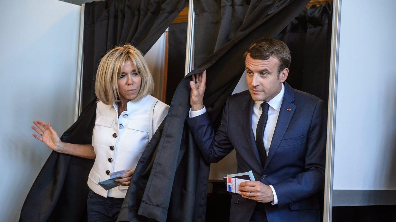 Emmanuel Macron y su mujer votan en las legislativas.