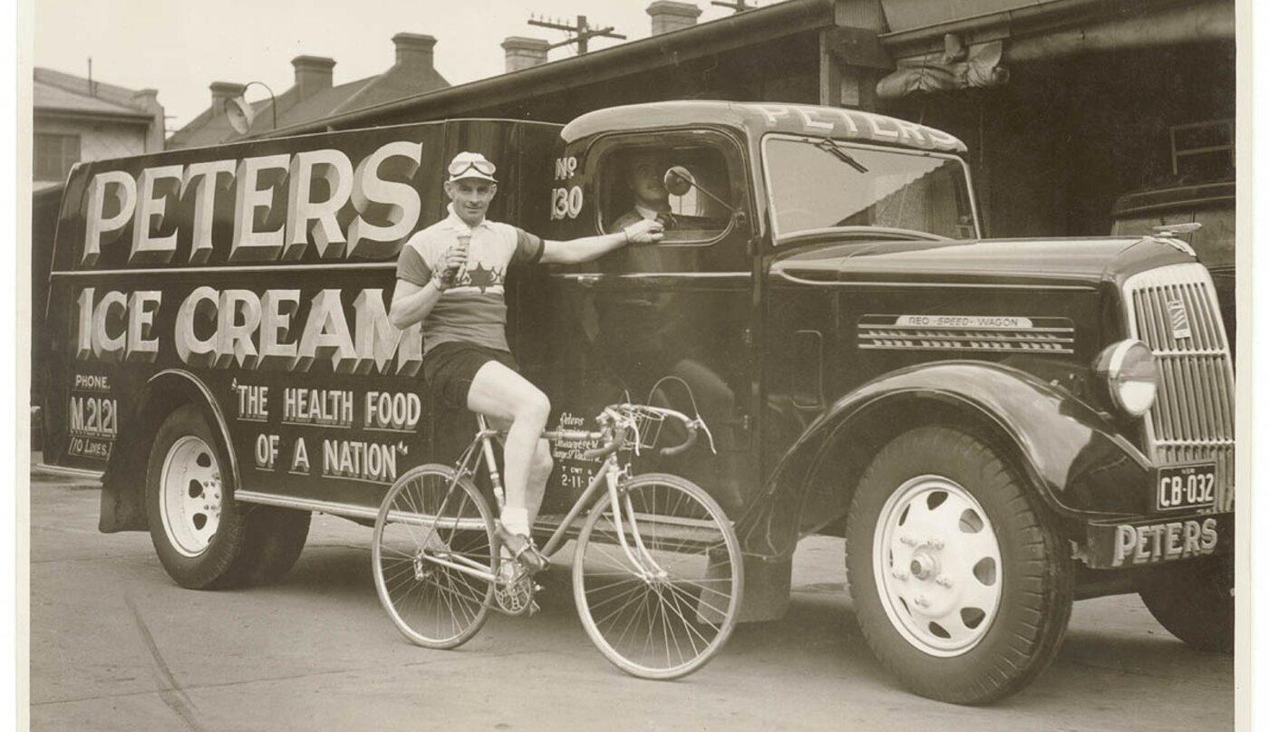 Hubert Opperman, en el año 1936, junto a un camión de helados.