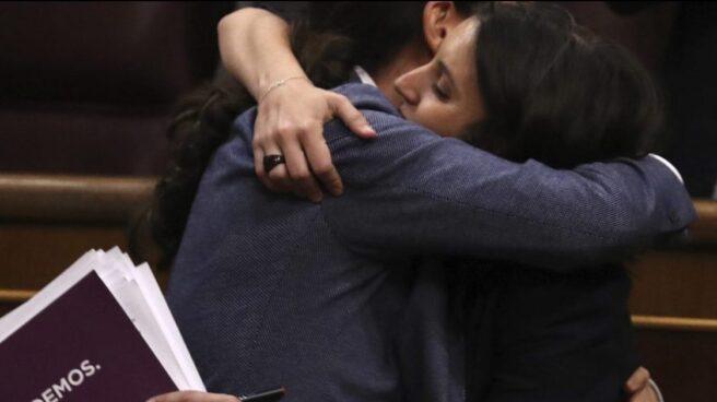 Pablo Iglesias e Irene Montero se abrazan en la moción de censura.