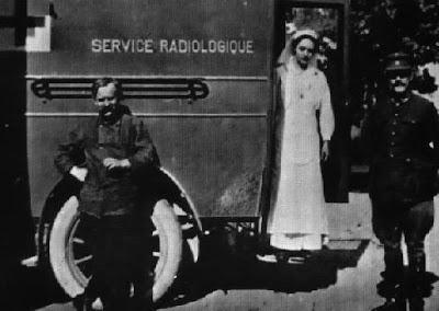 Irene Curie en una petite Curie de la guerra