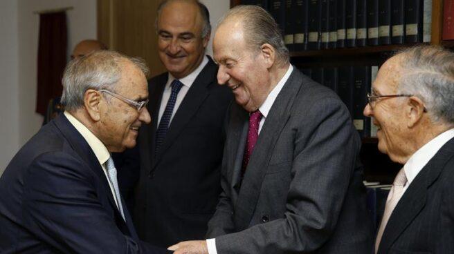 Don Juan Carlos saluda a Rodolfo Martín Villa en presencia de Marcelino Oreja