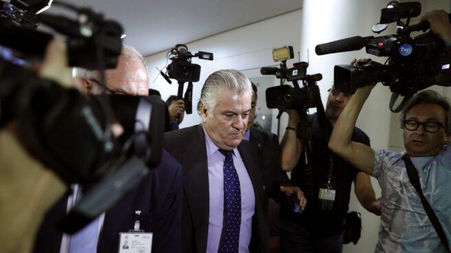 Luis Bárcenas sale del Congreso.