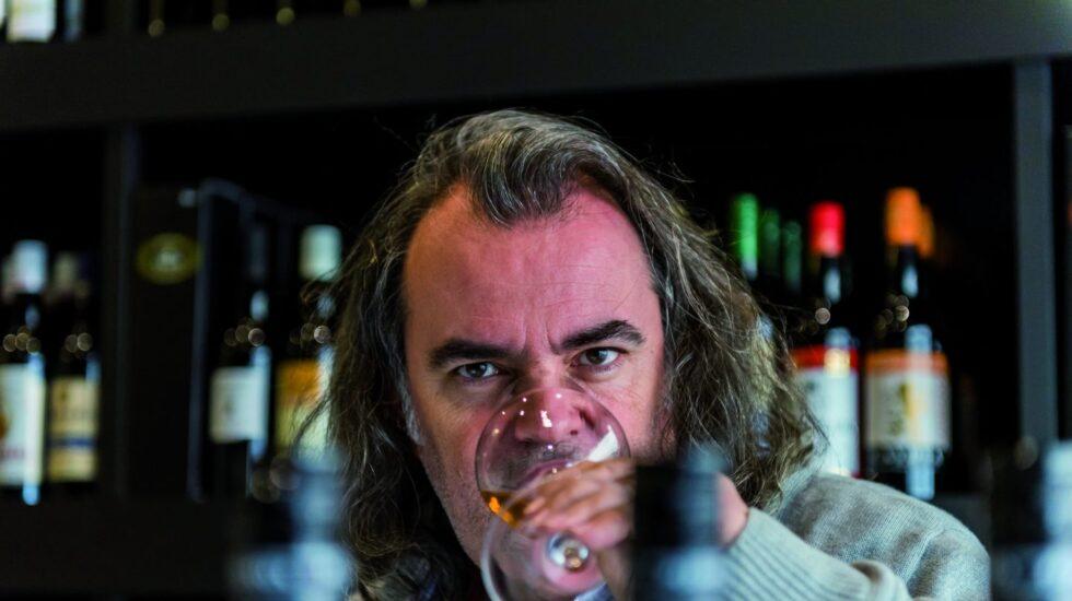 Luis Gutiérrez bebiendo un vino