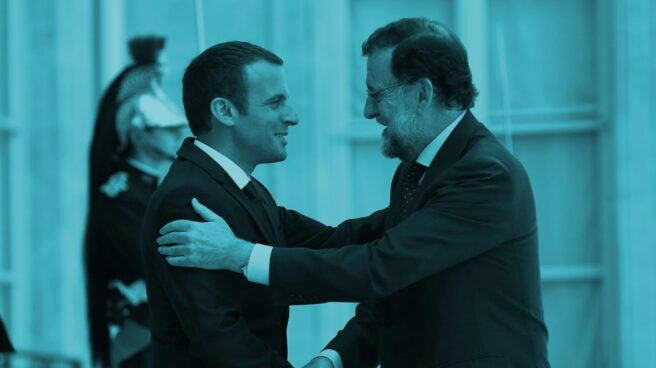 El presidente de Francia, Emmanuel Macron, saluda al presidente del Gobierno de España, Mariano Rajoy, en el Palacio del Elíseo.