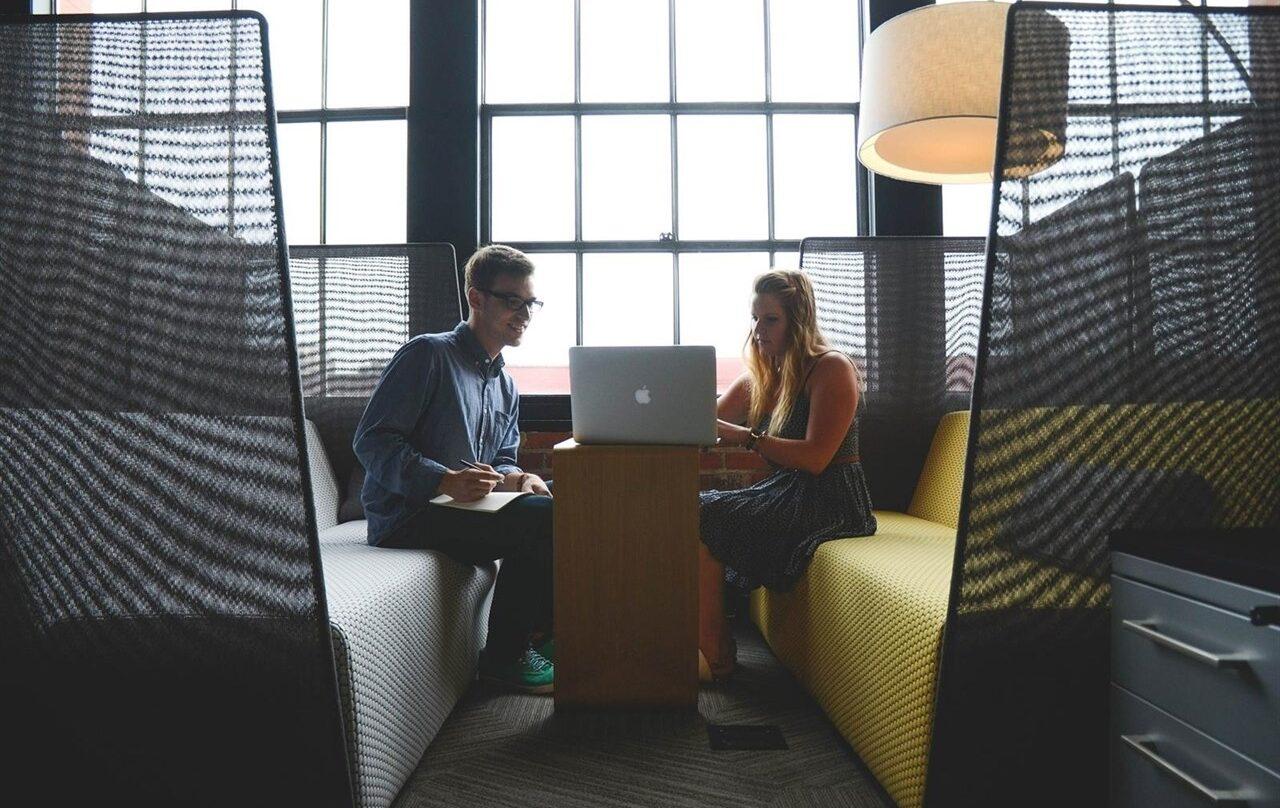 Dos millennials frente a un ordenador.