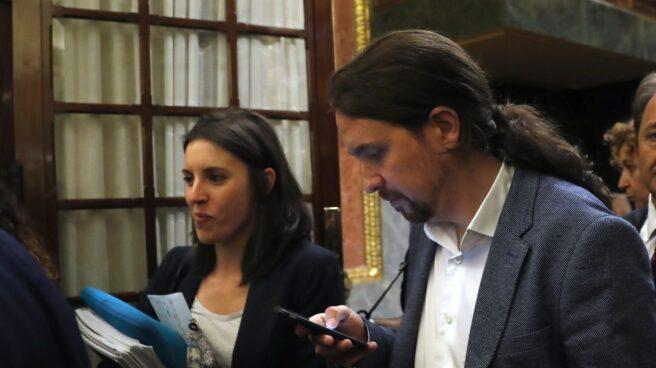 Irene Montero y Pablo Iglesias salen del hemiciclo en la moción de censura.
