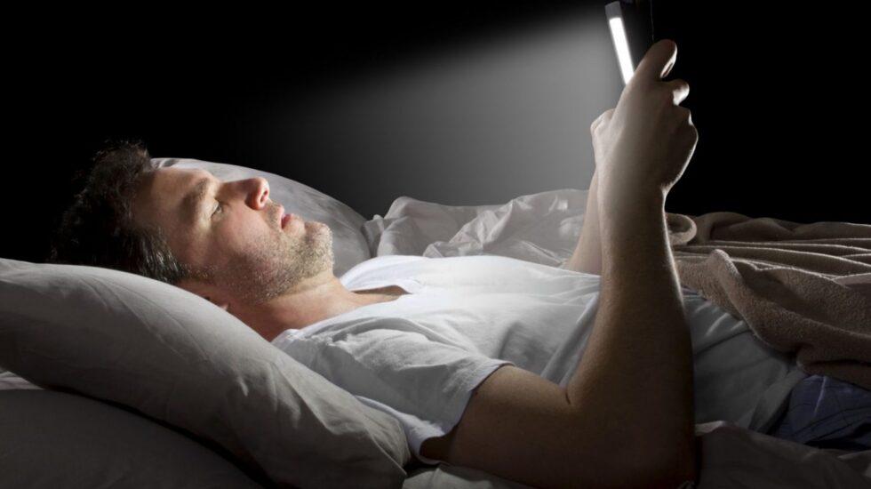 Las luces de pantallas podrían interferir en el sueño