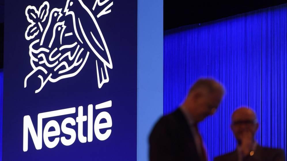 Logo de Nestlé en la sede de la compañía.