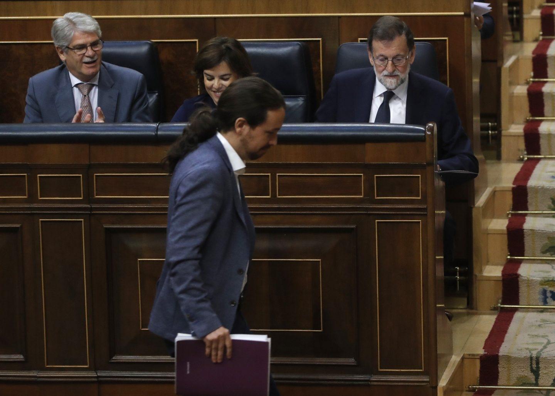Pablo Iglesias pasa por delante de Rajoy en la moción de censura.