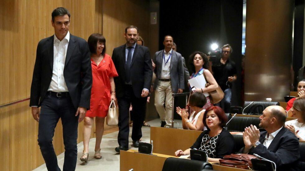 Pedro Sánchez, con el grupo parlamentario del PSOE.