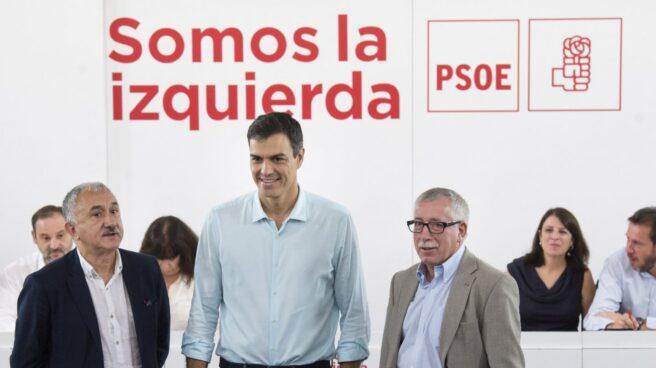 El secretario general del PSOE, Pedro Sánchez, con los representantes de Comisiones Obreras y UGT.