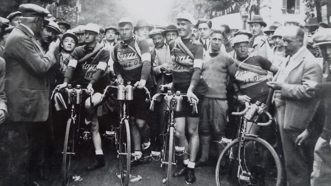 El equipo anglosajón Ravat-Wonder-Dunlop, antes de una de las etapas del Tour de 1928.