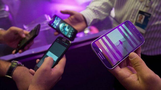 Gente usando smartphones.
