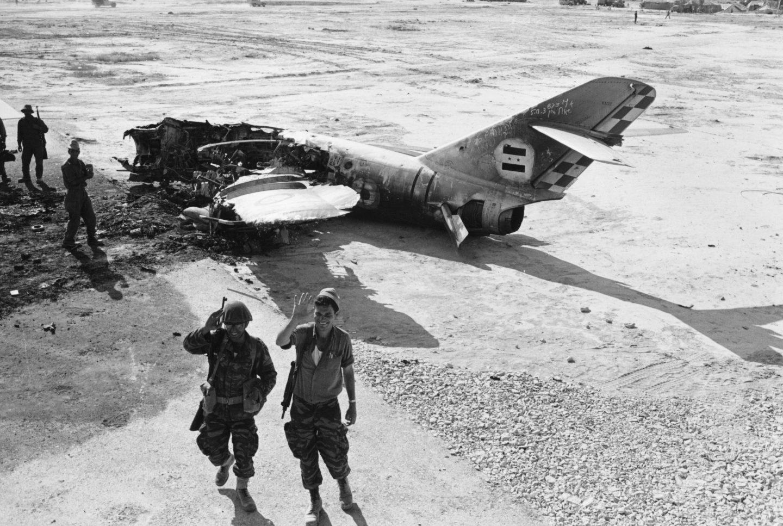 Soldados israelí frente a un caza egipcio destruido