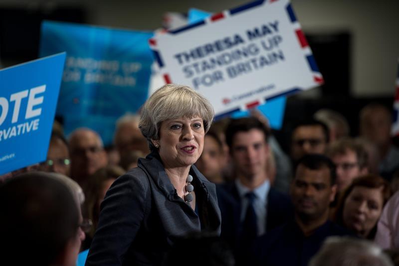 Theresa May, rodeada de seguidores, en un acto de campaña electoral.