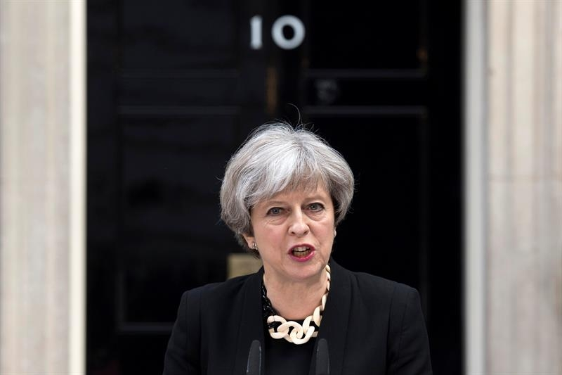 Theresa May ante el 10 de Downing Street.