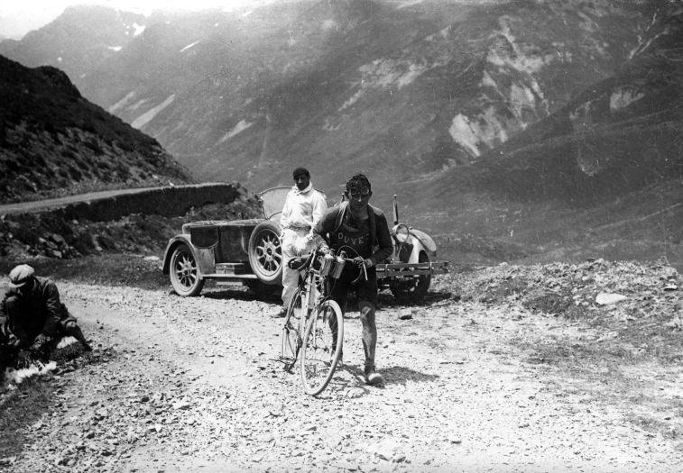 El ciclista belga Maurice Geldhof subiendo a pie el Col de l'Aubisque. Etapa 9: Hendaya-Luchon, 387 kilómetros.