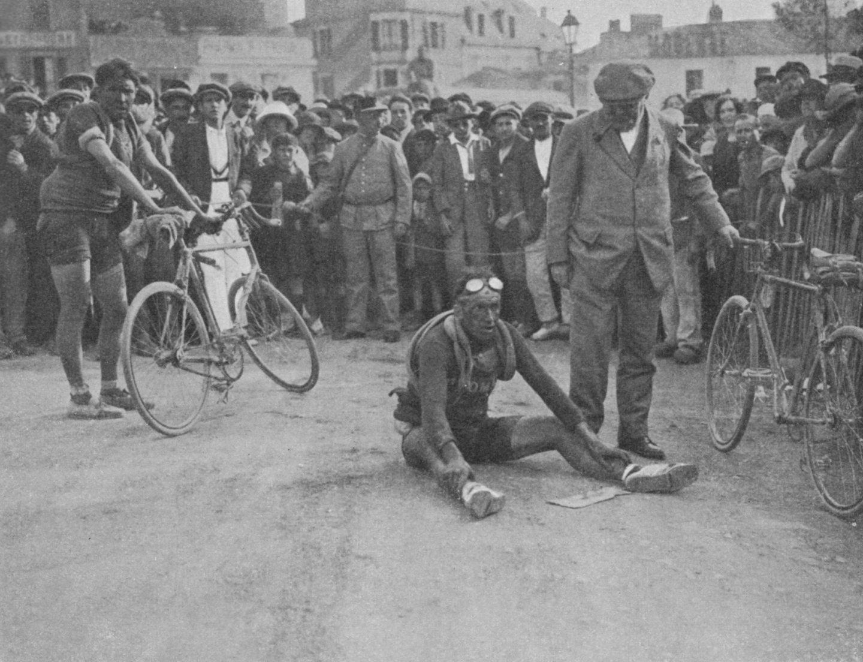 Ciclistas, desfondados, al término de una de las etapas del Tour de Francia de 1928.